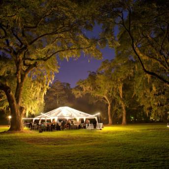 Outdoor Catering Zelt am Abend unter freiem Himmel
