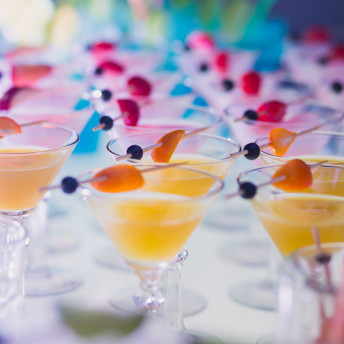 Catering Getränke Cocktails mit Fruchtspießen