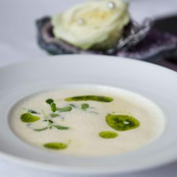 Catering Menü mit cremiger Suppe schön angerichtet