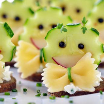 Catering Fingerfood für Kinder mit Gurke und Pasta auf Brot