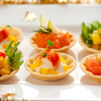 Fingerfood Catering mit Paprika, Kräutern und Lachs