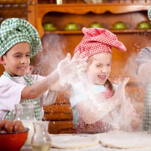 Kindergeburtstag im Kochkurs beim Pizza backen